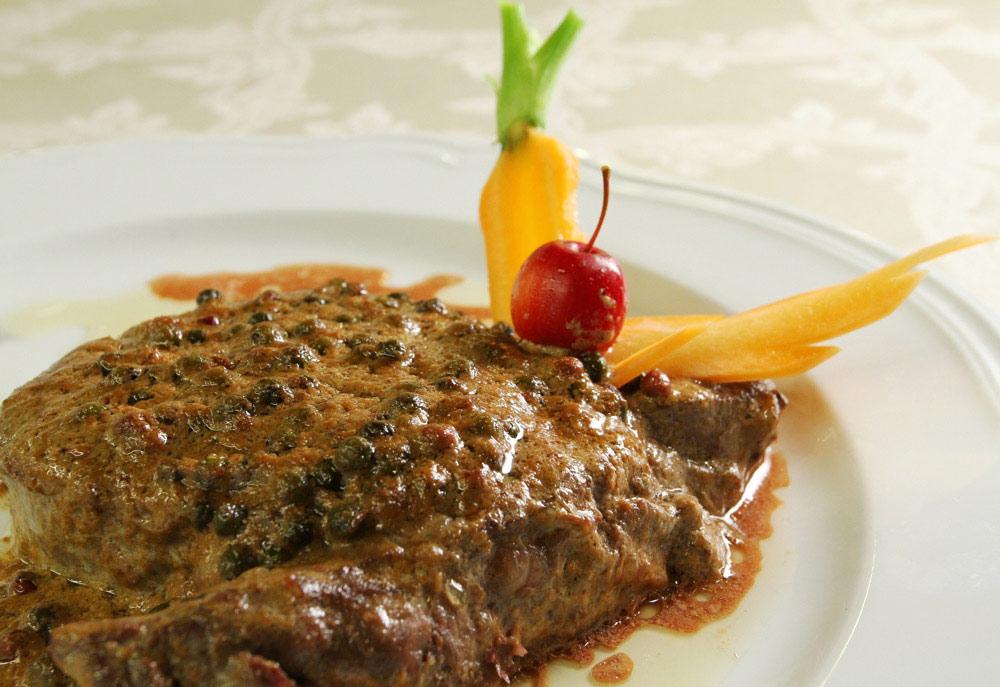 filetto-di-manzo-flambe-al-pepe-verde-su-salsa-allarmagnac
